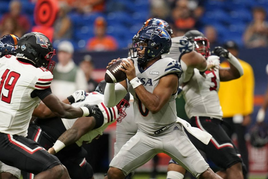 UTSA quarterback Frank Harris (0) looks to throw under pressure during the first half of an NCA ...